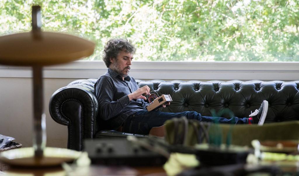 O músico Iván Ferreiro em seu estudo em Gondomar (Espanha). OSCAR CORRAL EL PAÍS