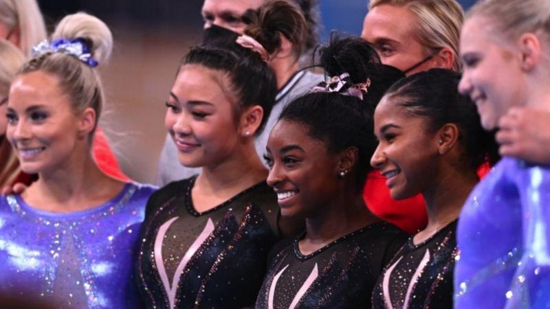 Biles (ao centro) lidera a equipe de ginástica feminina dos EUA em Tóquio. FOTO: REUTERS